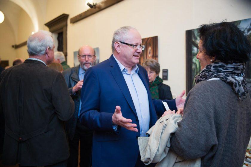 Wolfgang Kasic und viele Besucher bei der Vernissage der Ausstellung post.mortem